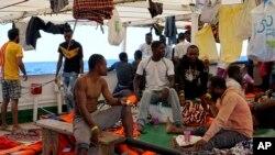 Abimukira mu bwato Open Arms ku nkengera za Lampedusa, mu bumanuko bw'Ubutaliyano, kuwa kabiri, itariki 20 z'ukwezi kw'icenda 2019.