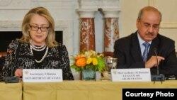 Hillary Clinton saat masih menjadi menteri luar negeri didampingi Duta Besar Liga Arab Mohammed Al Hussaini Al Sharif. (Foto: Dok)