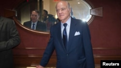 CEO of Kohlberg Kravis Roberts & Co (KKR) Henry Kravis (C) departs after meeting in the Manhattan borough of New York on Sept. 29, 2014. A report says Kohlberg Kravis Roberts is seeking a 60% stake in the family-owned firm boosted shares of Takata more than 21% higher on the Tokyo Stock Exchange.