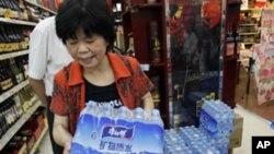 강물 오염으로 정화수를 사는 중국 소비자