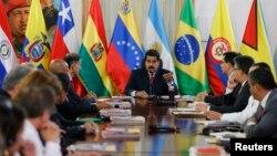 El presidente venezolano Nicolás Maduro habla con los cancilleres de Unasur en el Palacio de Miraflores, en Caracas.