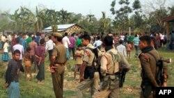 Dalam foto bulan Mei 2014 ini petugas keamanan India berada di wilayah Kokrajhar Assam setelah terjadi serangan dari etnis militan India. Pada 23/12/2014 empat serangan etnis militan terjadi kembali di wilayah Assam, India.