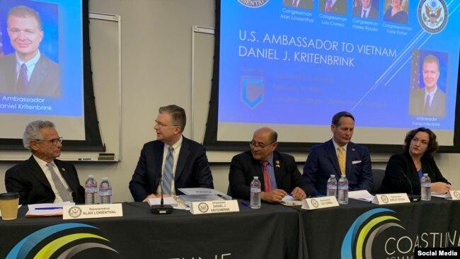 Đại sứ Hoa Kỳ tại Việt Nam Daniel Kritenbrink (thứ hai, từ trái) và các dân biểu tại cuộc gặp với cộng đồng gốc Việt ở Nam California, sáng ngày 19/02/2020. Photo Twitter Sergio Contreras