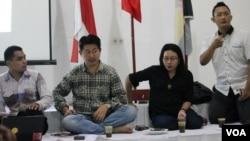 Agnes Dwi Rusjiati (dua dari kanan), Koordinator Jaringan Nasional Bhinneka Tunggal Ika, dalam sebuah diskusi di Surabaya. (VOA/Petrus Riski)