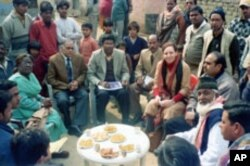 Meetings with community leaders provide an opportunity for dialogue with polio experts in Uttar Pradesh, India.