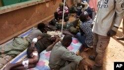 Các thương binh Mali được điều trị sau vụ tấn công tự sát tại một trại quân sự ở Gao, bắc Mali, 18/1/2017.