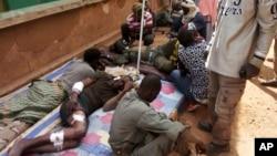 Para tentara Mali yang terluka dalam ledakan bom mobil, mendapatkan perawatan medis di kota Gao, Rabu (18/1).