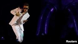 Bieber fue recibido con abucheos de una parte del público cuando por fin saltó al escenario.