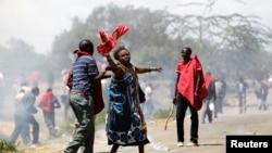 Des femmes agées, aidées après que la police anti-émeute ont tiré de grenade lacrymogène lors d'une manifestation à Narok, Kenya, le 26 janvier 2015.