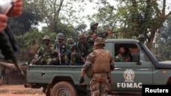 Seorang tentara Perancais tengah mengamati kendaraan yang mengangkut pasukan Multinasional untuk Republik Afrika Tengah (FOMAC) yang lewat di jalanan kota Bangui, 26 Desember 2013 (Foto: dok).