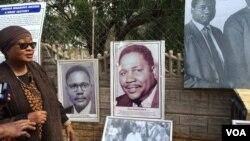 UNkosikazi Thandi Nkomo-Ibrahim uveza imfanekiso kayise.