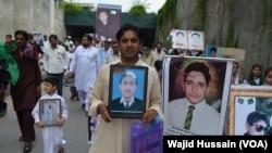 Thân nhân các nạn nhân vụ tấn công trường học xuống đường biểu tình. Các phần tử hiếu chiến đã giết chết 134 học sinh và 16 giáo viên và nhân viên nhà trường hồi năm ngoái.