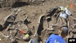 Forenzičari Medjunarodne komisije za nestala lica iskopavaju posmrtne ostatke na obalama jezera Perućac, 5. avgusta 2010.