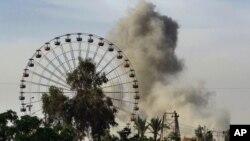 Asap membubung menyusul serangan udara dari koalisi AS terhadap militan ISIS di Ramadi, Irak (Foto: AP)