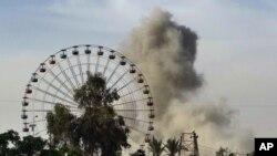 Asap tampak setelah serangan udara pimpinan AS terhadap ISIS di Ramadi, Irak, ibukota provinsi Anbar, 115 kilometers, Baghdad. (AP Photo)