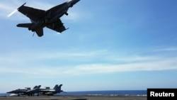 Một máy bay F18 cất cánh từ tàu sân bay USS Theodore Roosevelt bên Biển Đông ngày 10/4/2018.