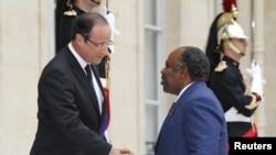 Le président français François Hollande et le président gabonais Ali Bongo à l'Elysée, Paris le 5 juillet 2012. (REUTERS/Mal Langsdon)