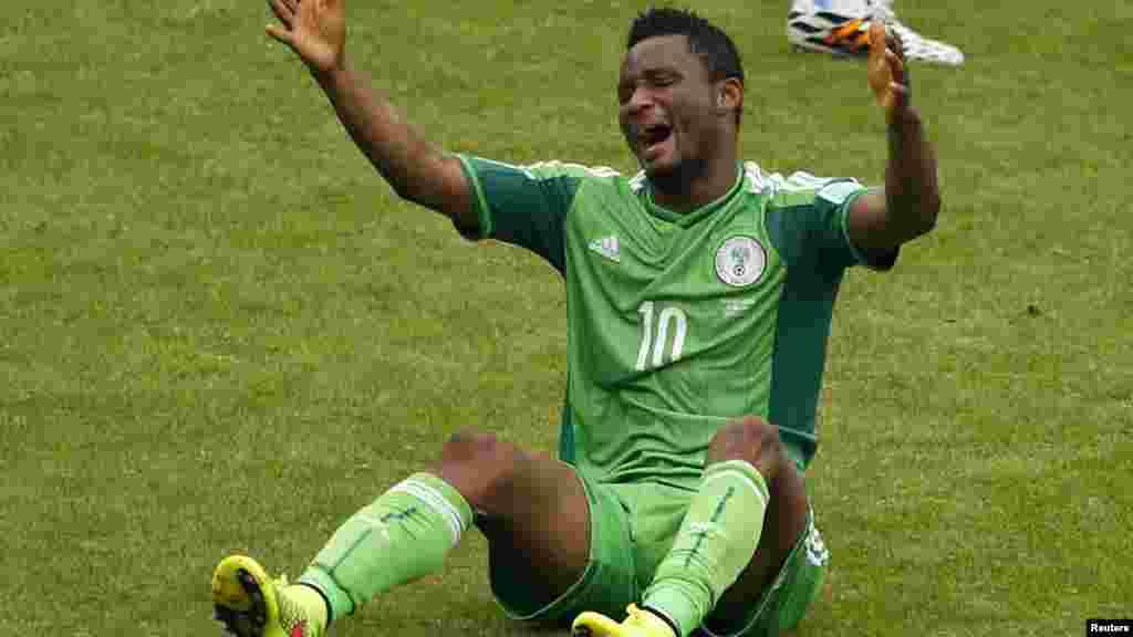 Le Nigérian John Obi Mikel a fait une faute après avoir chuté lors de son match de football du Groupe F de la Coupe du monde 2014 contre l'Argentine au stade Beira Rio à Porto Alegre le 25 juin 2014.