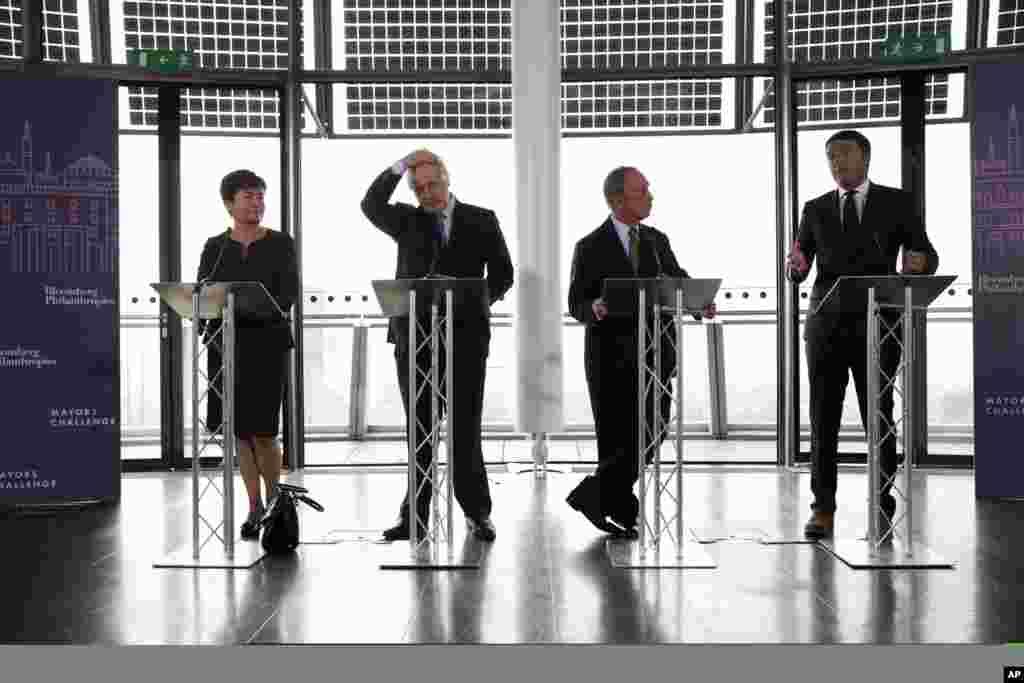 """Từ phải qua trái là các thị trưởng Matteo Renzi của Florence (Ý), Michael Bloomberg của New York (Mỹ), Boris Johnson của London (Anh), và Hanna Gronkiewicz - Waltz của Vacsava (Ba Lan) trong cuộc tranh tài mang tên """"Thử thách Thị trưởng"""" tại Tòa thị chính London"""
