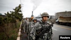 韩国海军陆战队员在2018年韩国浦项举行的美韩年度联合军事训练中(2018年4月5日)。