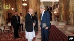 阿富汗总统府发布的照片显示总统候选人加尼和克里国务卿会见