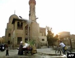Qohiraning o'ziga to'q oilasida tug'ilgan Ayman al-Zavohiriy