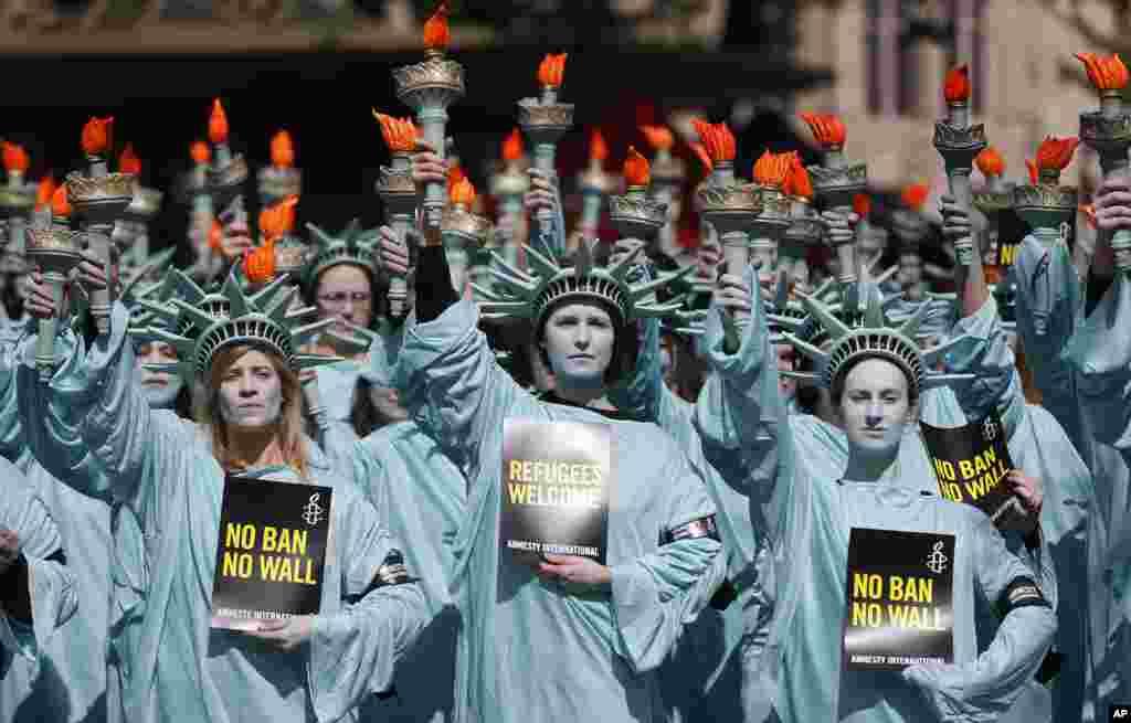 همزمان با صدمین روز ریاست جمهوری دونالد ترامپ صد تظاهرکننده سازمان عفو بین الملل در مقابل سفارت آمریکا در لندن تجمع کردند.