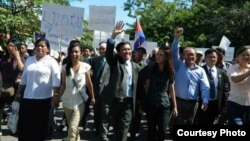Kem Samathida, second left, walks with her father, Kem Sokha, and sister Kem Monovithya during a march demanding NEC reforms, May 20, 2013, Phnom Penh, Cambodia. (Courtesy of Kem Samathida)