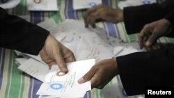 2012年12月15日投票结束后,官员在开罗以北大约62.5公里扎加济点算选票