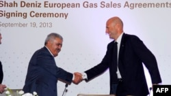 Rovnag Abdullayev (L), the president of Azerbaijan's 'Shah Deniz,' shakes hands with Gianfilippo Mancini, director of the Market Division of the Enel Group, Italy's national electric company, during a signing ceremony in Baku September 19, 2013.
