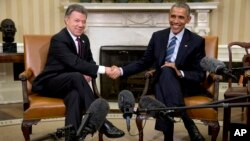 ປ. ໂອບາມາ ຈັບມືກັບ ປ. ໂຄລອມເບຍ ທ່ານ Juan Manuel Santos ໃນລະຫວ່າງ ການພົບປະທີ່ທຳນຽບຂາວ.