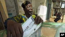 A man casts his vote at a polling unit in Dugbe neighborhood during the governorship election in Ibadan, southwest Nigeria, April 26, 2011
