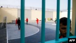 Des détenus de la prison d'Oukacha aperçus depuis une grille lors d'un mini tournoi de football organisé par des prisonniers africains pour coïncider avec la compétition CHAN-2018, à Casablanca, Maroc, 1er février 2018.