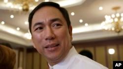 菲律宾能源部长皮提拉10月23日在马尼拉同外国记者交谈