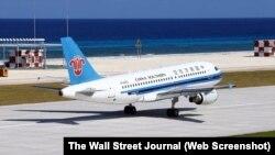 Ảnh của hãng thông tấn Xinhua cho thấy máy bay hãng hàng không China Southern đáp xuống đường băng mà Trung Quốc mới xây dựng ở Đá Chữ Thập, nơi có tranh chấp chủ quyền với Việt Nam, ngày 6/1/2016.