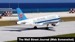 Máy bay của hãng hàng không dân dụng China Southern Airlines hạ cánh xuống đường bay Trung Quốc mới xây dựng trên bãi đá Chữ Thập ở Trường Sa hôm 6/1.