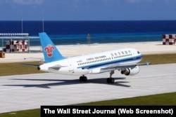 Máy bay của hãng hàng không dân dụng China Southern Airlines hạ cánh xuống đường bay Trung Quốc mới xây dựng trên Đá Chữ Thập ở Trường Sa hôm 6/1/2016.