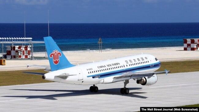 Một chiếc máy bay dân dụng của Trung Quốc đáp xuống một đường băng xây trên bãi đá Chữ Thập ở Biển Đông tháng Một năm ngoái.