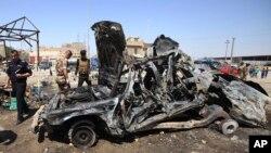 2013年9月15日伊拉克安全部队视察巴士拉汽车炸弹袭击事件现场