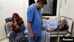 Para perempuan Suriah yang diduga menjadi korban serangan senjata kimia pasukan pemerintah dirawat di rumah sakit darurat di desa Kfar Zeita, provinsi Hama, Suriah (foto: dok).