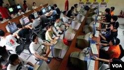 Para remaja Tiongkok menggunakan komputer untuk mengakses internet di sebuah Internet cafe di Beijing (foto: dok). Tiongkok mempunyai jumlah pengguna internet terbesar di dunia.