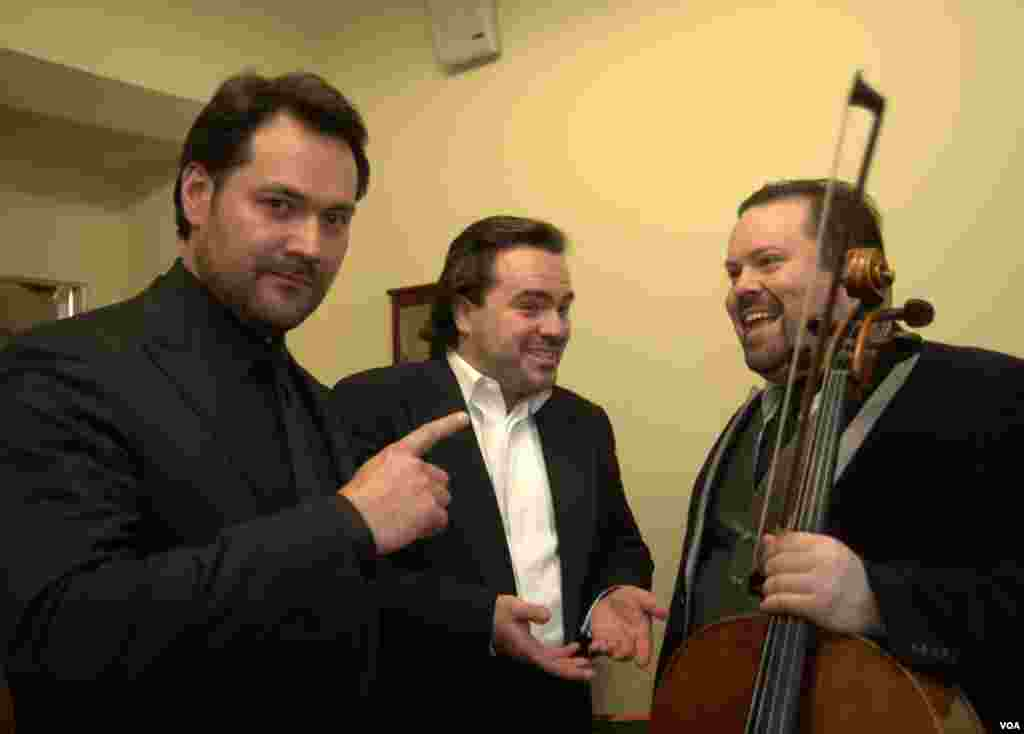 В гримерной: солист Ильдар Абдразаков, баритон Василий Ладюк, виолончелист Борислав Струлев