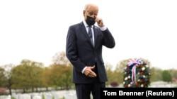 Presiden AS Joe Biden menyeka air mata saat memberi penghormatan di Pemakaman Nasional Arlington di Arlington, Virginia, AS, 14 April 2021. (Foto: REUTERS/Tom Brenner)