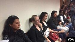 Familiares de Oscar Pérez y otros opositores del gobierno que murieron en un operativo oficial para capturarlos, asisten a una sesión de la Asamblea Nacional donde se creó una comisión para investigar la muerte del grupo.