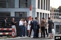 Mahasiswa Sekolah Manajemen Perhotelan EHL Lausanne di kampusnya, 23 September 2020.