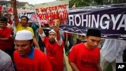 مسلمانان روهنگیایی از طریق راه اندازی مظاهرات و سلاح های دست ساخت خود در مقابل نظامیان برما از خود مقاومت نشان می دهند