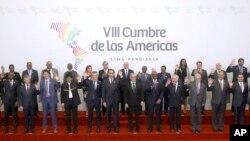 Dignatarios, primeros ministros y jefes de Estado durante la foto grupal de la VIII Cumbre de las Américas en Lima, Perú, el sábado 14 de abril, de 2018.