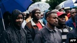 Les employés et sous-traitants, en grève, de l'Optimum Coal Mine devant les portes de la mine de Hendrina, en Afrique du Sud, le 22 février 2018