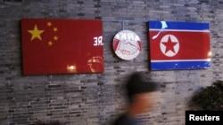中國浙江省寧波市的一家已關閉的北韓餐館外的中朝國旗。