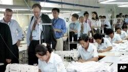 개성공단을 방문한 외국인 투자자들. (자료사진)